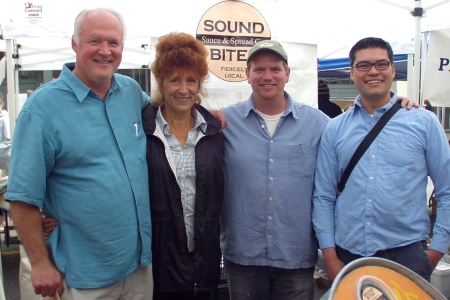 Apres Vin owners, Eric & Lori, left, with Sound Bites owners Stephen & Rich at Ballard Farmers Market. Photo copyright 2009 by Zachary D. Lyons.